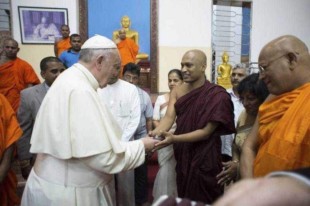 A sorpresa, el Papa visita el templo budista