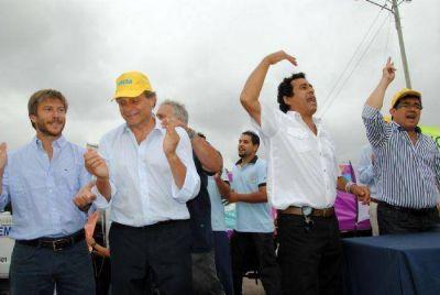 Arl�a junto a dirigentes de la UOCRA y Pulti inauguraron 30 cuadras de asfalto en el barrio Las Heras