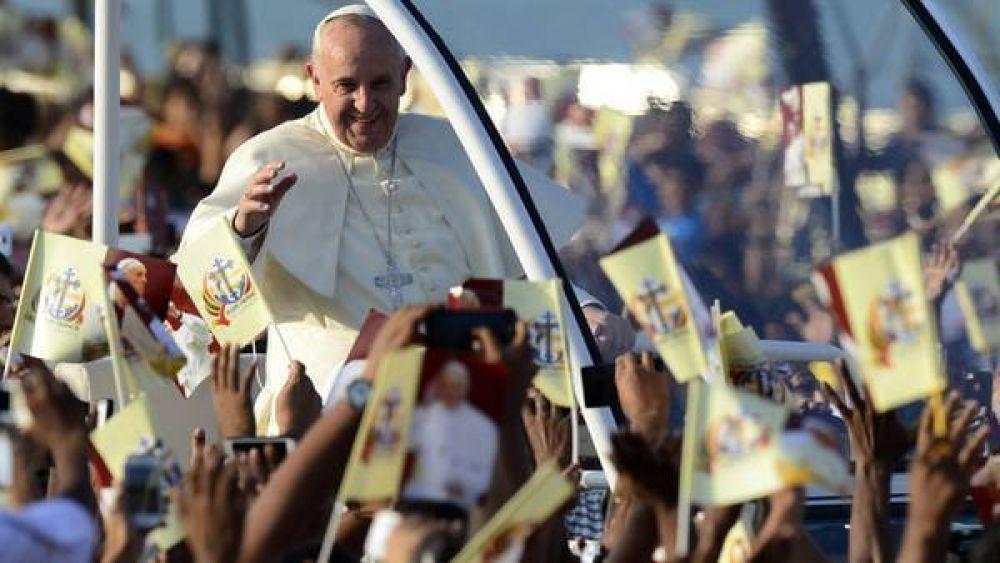 Francisco proclama santo al