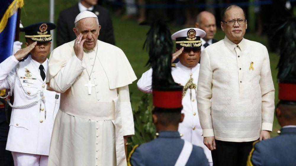 Francisco ante el presidente de Filipinas: