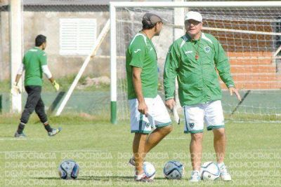 Sarmiento cerró otra semana de trabajo con una sesión de fútbol y hoy viajan a Bosques