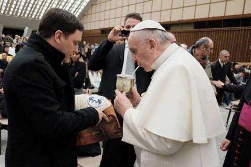 El Papa Francisco recibió una bufanda que le obsequiaron alumnos de escuela rural de Villaguay