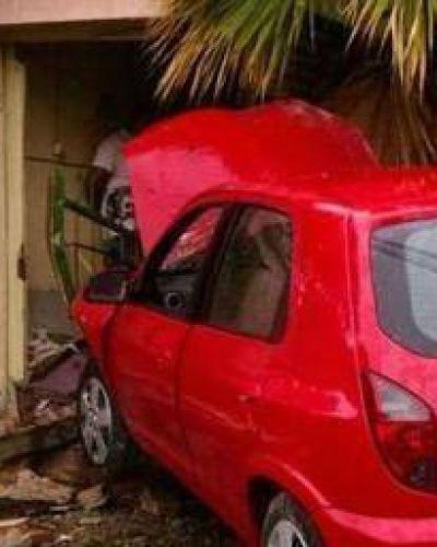 Menor al volante terminó con su auto incrustado en una casa