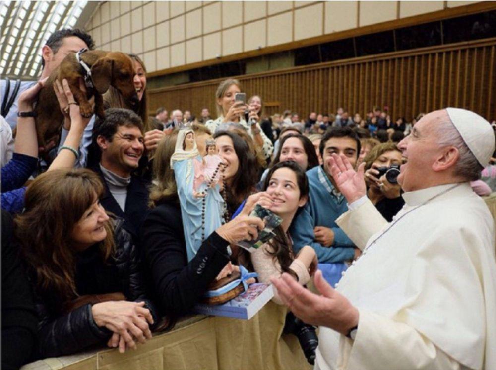 El papa Francisco abre la puerta del Vaticano a todos: ahora bendijo a un perro salchicha