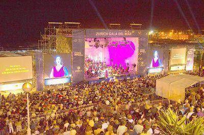 Música lírica y solidaridad en un escenario frente al mar