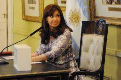 Cristina volvió a cuestionar a quienes invierten en dólares