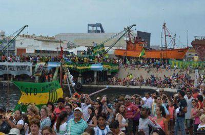 Fiesta de los Pescadores: un multitud en la procesión a San Salvador