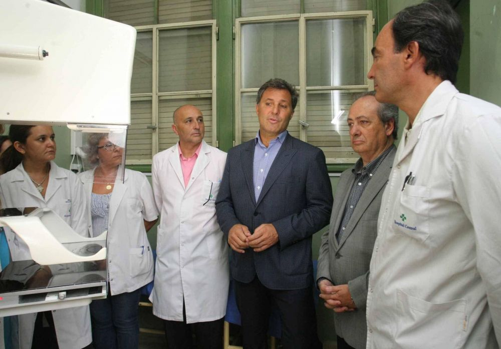 Roby entregó un mamógrafo al hospital Central