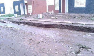 Por las intensas lluvias, los ingresos a varios barrios quedaron destruidos