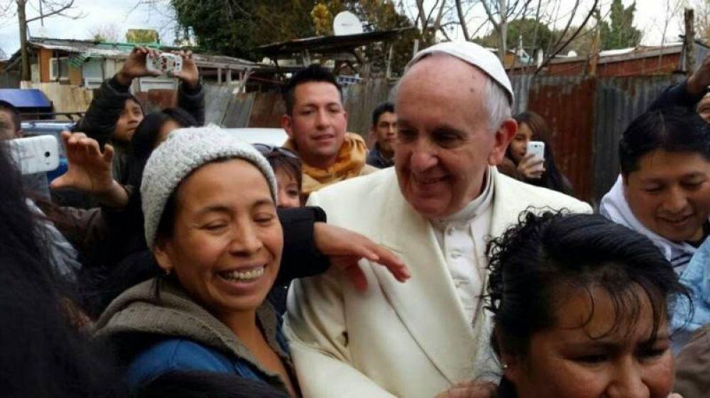 Francisco visita a sorpresa un campo nómada