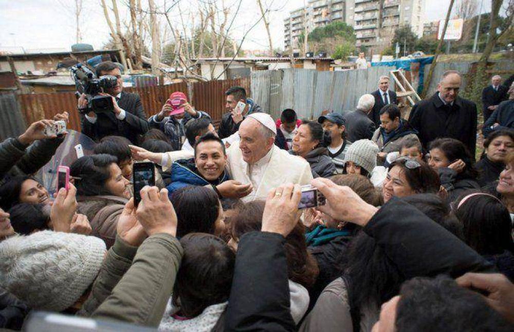 El Papa visitó de sorpresa un campo de migrantes