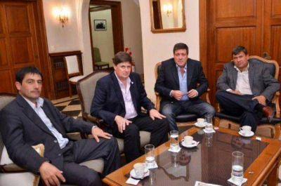Mariotto entregó un subsidio al intendente de San Cayetano para afrontar la difícil situación vial del distrito