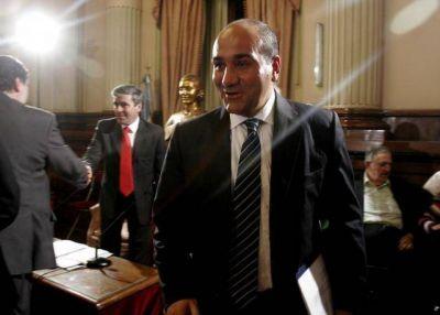 Los holdouts embisten contra 14 funcionarios