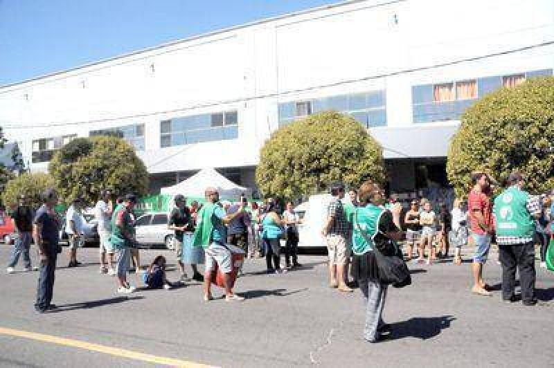 Acampe y protesta de afiliados de ATE frente al Consejo Escolar