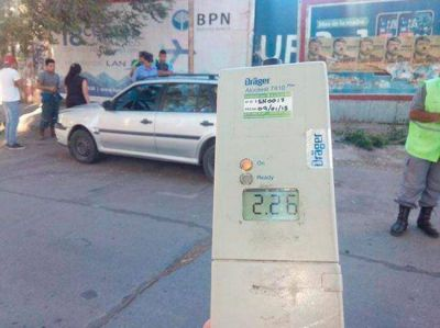 Piquense alcoholizada chocó su auto y agredió a policías en pleno centro de Neuquén