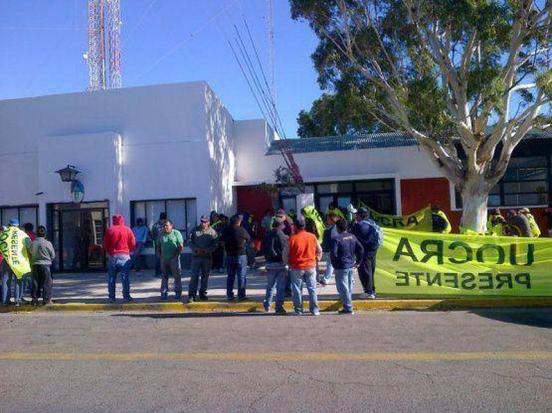 La UOCRA se manifiesta en las puertas de la Municipalidad
