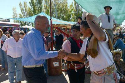 Buzzi anunció nuevas obras en Sarmiento y entregó aportes en el Festival de Doma y Folklore