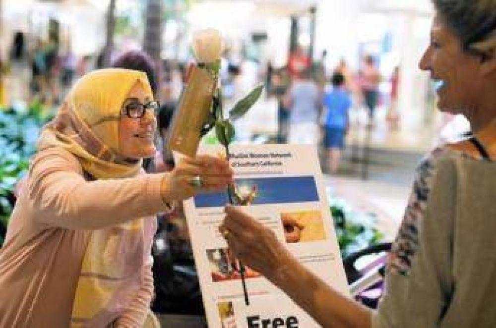 """Musulmanas regalan « rosas de la paz"""" en California"""