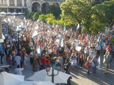 "Al grito de ""Nisman presente"" se desarrolló la marcha del 18F en Salta"