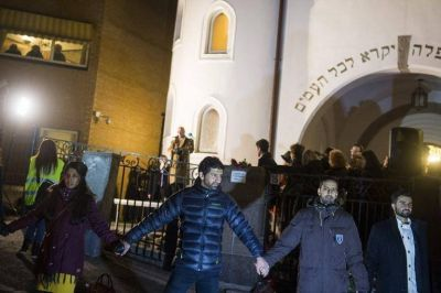 Musulmanes en Oslo abrazan una sinagoga en repulsa al atentado en Copenhague