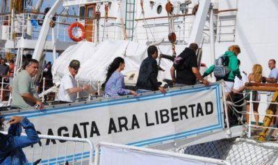 La Fragata Libertad dejó el puerto de Mar del Plata luego de ser visitada por 300 mil personas