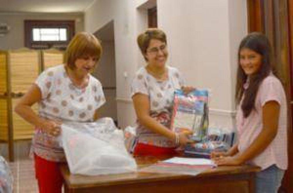 La AECA entrega útiles escolares a sus afiliados