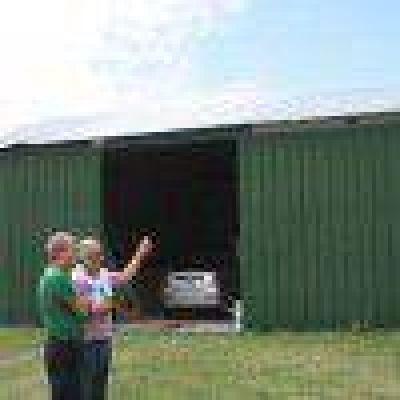 Larrea visitó las empresas del Sector Industrial Planificado