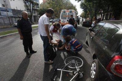 Murió un joven motociclista tras chocar contra un taxi en la 520