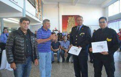 Agentes policiales recibieron armas luego de capacitarse