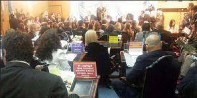 La UCR recibió a Insfrán con carteles por el pago de $7,6 millones a Vandenbroele