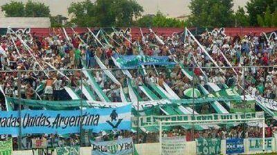 Otra vez la violencia en el fútbol: se suspendió un partido de ascenso y hay 8 policías heridos.