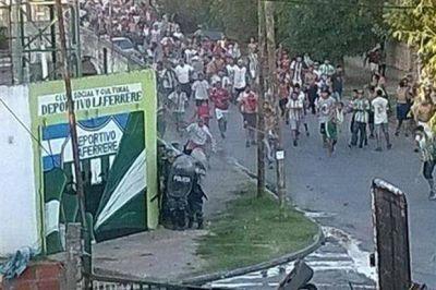 Policías heridos, jugadores atrincherados y sed de venganza en Laferrere-Dock Sud