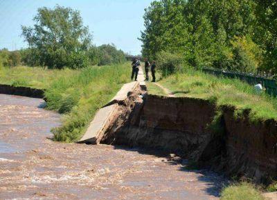 La crecida del río Quinto inundó calles y borró parte de la bicisenda