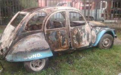 Malvinas Argentinas: Incendian auto con propaganda kirchnerista