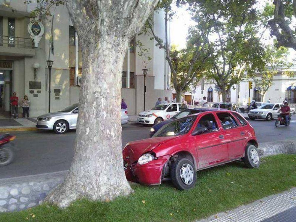 Un joven chocó el auto de su tía contra un árbol de la plaza San Martín