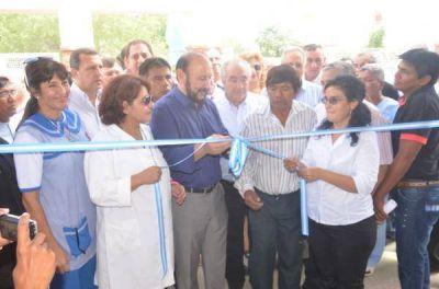 El gobernador inauguró doce obras educativas y cargó contra el grupo Clarín donde publicita