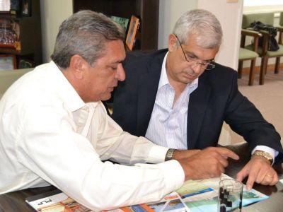 Julián Domíguez recorrió Berisso junto al intendente Slezack