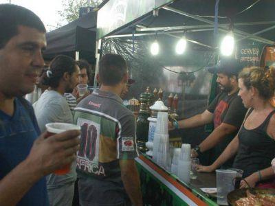 Los vecinos, protagonistas en la ribera degustando cervezas