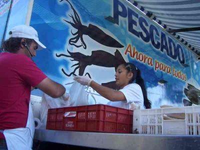 PESCADO PARA TODOS EN LA PLAZA JUAN MANUEL DE ROSAS