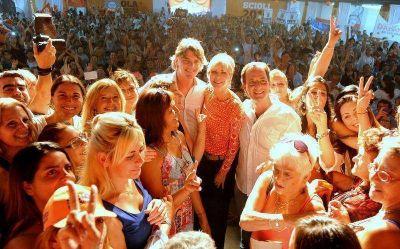 Karina Rabolini y Nicol�s Scioli festejaron el D�a de la Mujer con m�s de 4 mil trabajadoras