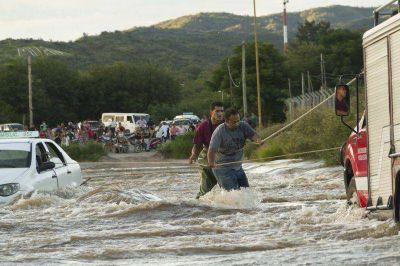 """Rescataron a remisero arrastrado por la corriente en el """"Camino de la Virgen"""""""