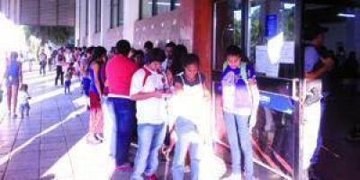 Frente al Correo Argentino: Largas filas de jóvenes formoseños que buscan trabajo fuera de la provincia