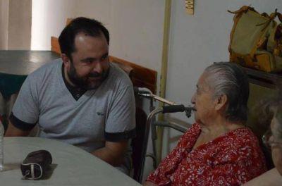 El ministro Ortiz, de recorrida en un geriátrico