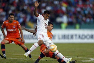 Hurac�n consigui� un empate en Bolivia ante Universitario y da pelea en su grupo