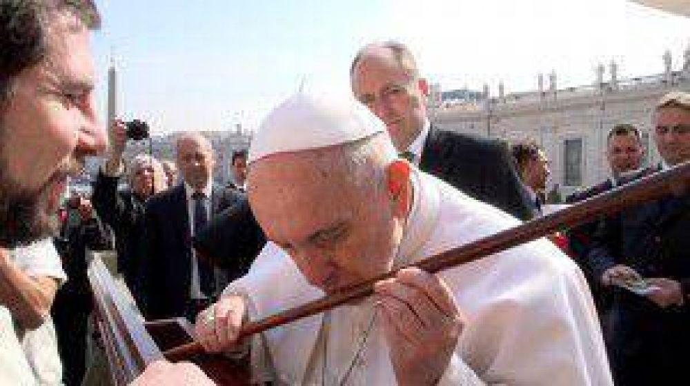 El Papa Francisco besa el bastón de Santa Teresa