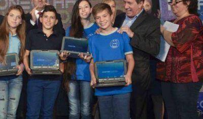 Díaz Pérez y Diego Bossio entregaron netbooks para alumnos de la Escuela Secundaria Básica 28