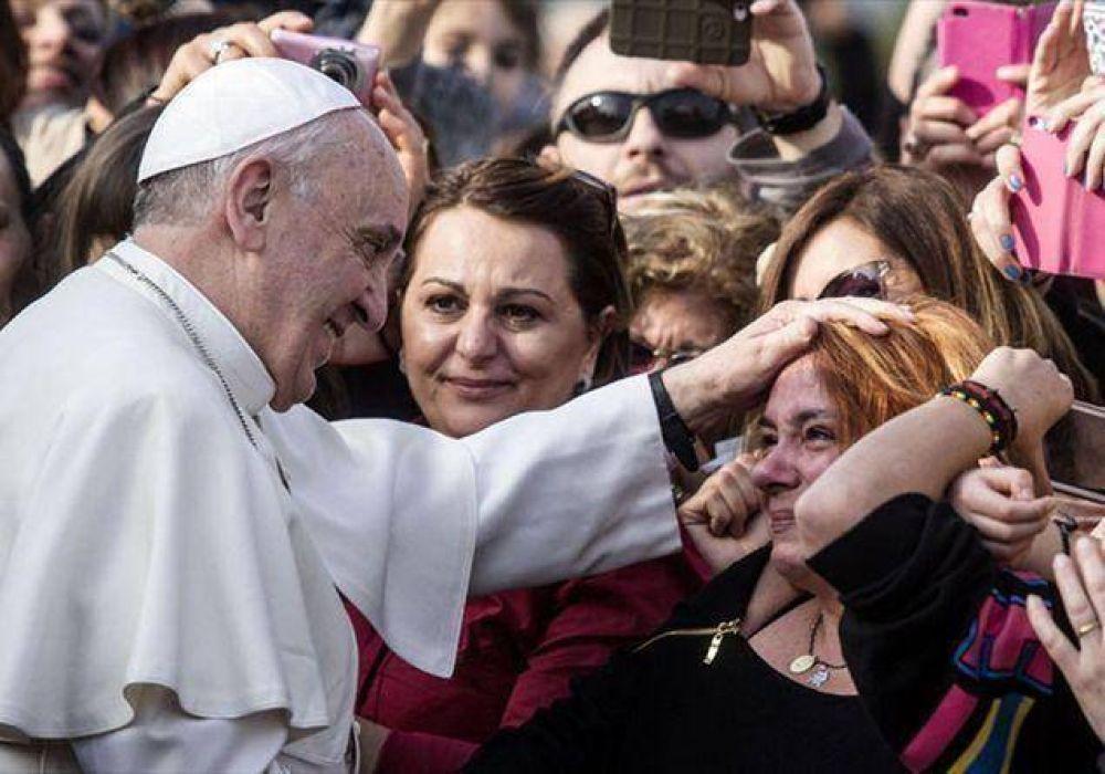 En Twitter es el Papa de la «misericordia» y de la «renovación»