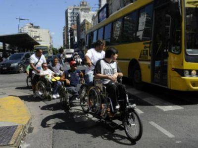 Un rally en silla de ruedas por el centro para mostrar los problemas de accesibilidad