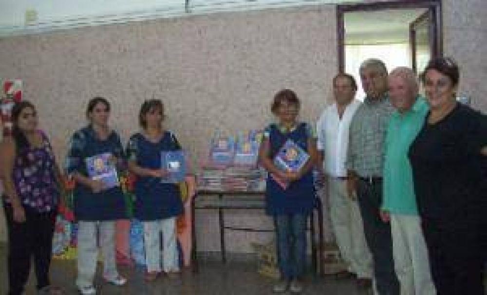 Pro Azul: Ramiro Ortiz entregó material bibliográfico