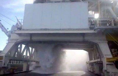 Un video muestra cómo cae alúmina sin control en una descarga para Aluar
